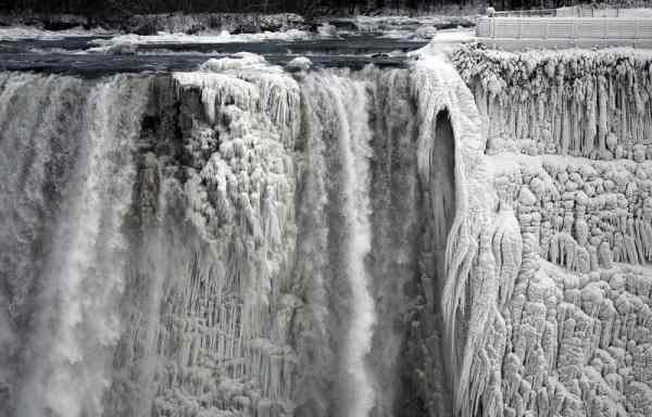 تصاویری بی نظیر از یخ زدن آبشار نیاگارا